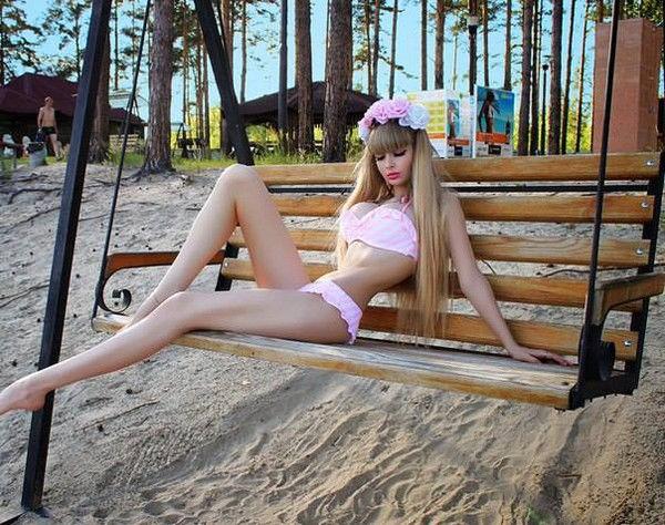 러시아의 26세, 안젤리카 케노바.  32E컵 가슴, 20인치 허리로 `인간 바비 인형`이라고 불림.