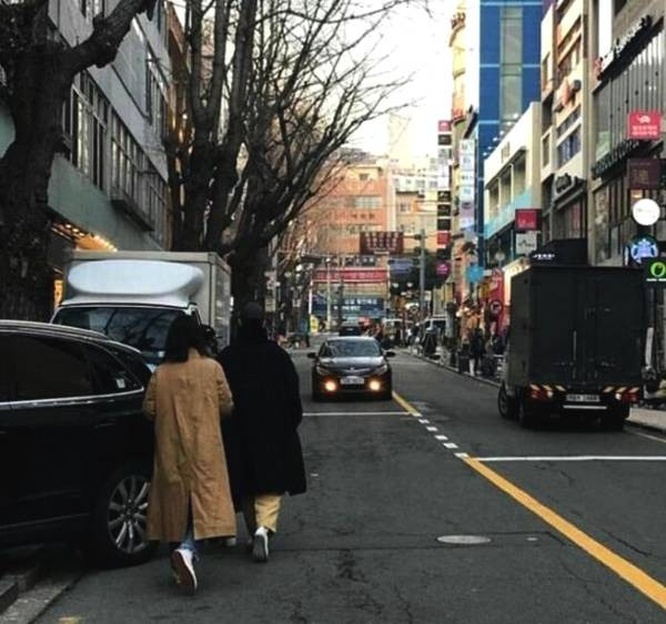 이들은 검은색 모자를 눌러쓰고 앞치마를 두른 모습입니다. 스타일리스트와 함께 길을 거닐고 있는 모습이 포착되기도 했죠.